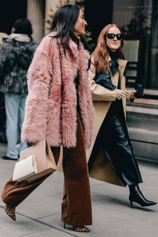 How to Wear a Beige Leather Tote Bag: This combo of a pink fur coat and a beige leather tote bag is the ultimate chic off-duty ensemble. Make this getup slightly more sophisticated by rounding off with a pair of tan leopard calf hair ankle boots.