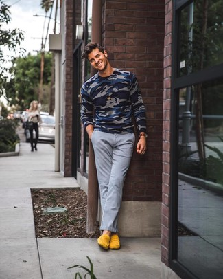 How to wear: dark brown leather watch, yellow suede loafers, grey chinos, navy camouflage crew-neck sweater