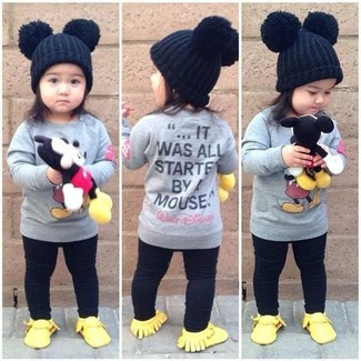 How to Wear Gold Sneakers For Girls: People will drool all over your child if she is dressed in this combo of a grey sweater and black leggings. This outfit is complemented nicely with gold sneakers.